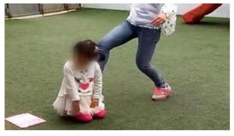 幼师被曝体罚学生  体罚方式千奇百怪嘴叼不锈钢盆头顶板凳